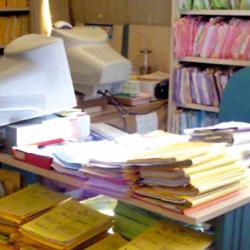 Fotografía de un monton de archivos y documentos sobre un escritorio en referencia a las medidas de agilización en el proceso judicial
