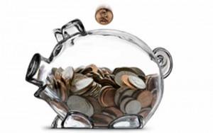 La imagen muestra la ucha de un cerdo de cristal que está llena de monedas. La imagen guarda relación con la morosidad en las Administraciones Públicas