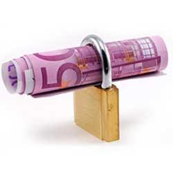 Fotografía de un candado que tiene enrrollado un billete de cincuenta euros sobre él. La imagen hace referencia a la máxima cantidad de indemnización garantizada en la cláusula oscura