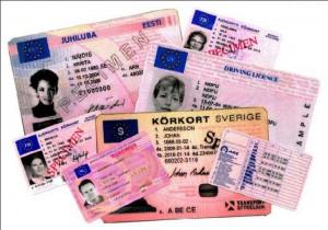 La imagen muestra una fotografía de varios carnet de varias nacionalidades, hacieno referencia a las normas al conducir sin puntos en el carnet, de tal forma que si tienes el carnet extranjero en vigor no es delito