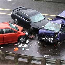 Fotografía de un accidente de tráfico entre tres coches. La imagen muestra relación con la indemnización en la sentencia de un accidente de tráfico en Granada y el derecho a la pensión vitalicia de los afectados