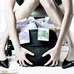 Fotografía de una mujer guardando una bolsa negra llena de billetes de euro en referencia al impago de la prima