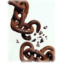 La imagen muestra una cadena oxidada que se rompe en dos, en referencia a la ruptura entre socios de una sociedad mercantil