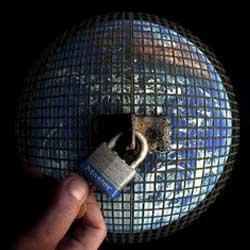 Imagen de la bola del mundo rodeada de una verja metálica y un candado, haciendo referencia a los contenidos del mundo protegidos por copyright en la web