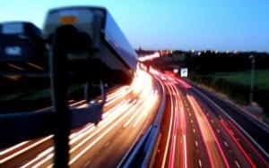 Cámara sancionadora grabando una autovía. La imagen está relacionada con los recursos en las multas de tráfico por n enviar la notificación a los multados