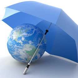 La imagen muestra una bola del mundo cubierta por un paraguas en referencia a la compatibilidad de indemnizaciones del seguro obligatorio de la LRCSCVM (SOA) y del seguro obligatorio de viajeros (SOV)