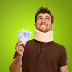 La imagen muestra una fotografía de un hombre que tiene un collarin en el cuello y varios billetes de euro en la mano. La imagen tiene relación con la indemnización por accidente de tráfico en las lesiones de cervicales