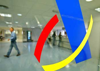 Logotipo de Hacienda y de fondo una fotografía del interior del edificio de la Agencia Tributaria en relación con las notificaciones de Hacienda vía email
