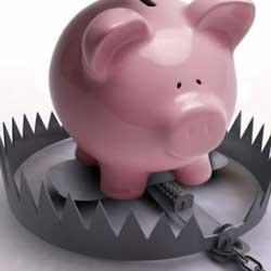 La imagen muestra la ucha de un cerdo que se encuentra sobre una trampa para animales en referencia al alto riesgo de invertir en participaciones preferentes