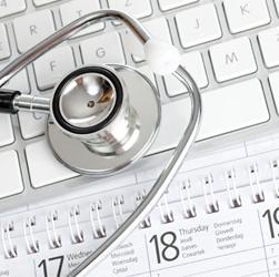 Fotografía de un estetoscopio sobre el teclado de un ordenador haciendo referencia a la condena por traspaso de datos médicos sin consentimiento de los clientes