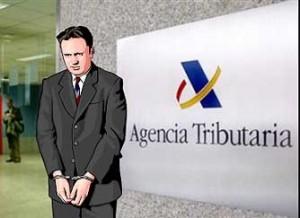 La imagen muestra la caricatura de un hombre esposado y detrás de él aparece la Agencia Tributaria. Esta imagen hace referencia a la reforma del delito fiscal