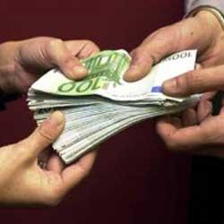 Fotografía de las manos de dos personas sujetando un puñado de billetes de 100 euros en referencia con los ingresos ganaciales en los régimenes matrimoniales