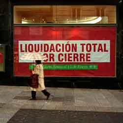 Fotografía de un comercio en liquidación por cierre en referencia al concurso necesario y las ventajas para el acreedor que lo solicita