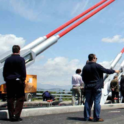 Fotografía en la que aparecen personas en la obra pública de un puente en referencia a la noticia de los abogados de HispaColex sobre cómo actuar ante los impagos de la administración pública