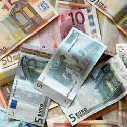 Fotografía de varios billetes de euro unos sobre otros en relación a las garantías de la deuda en acciones comerciales