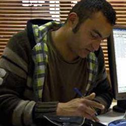 Fotografía de un hombre joven examinando unos papeles para realizar una acción de mediación en el ámbito civil-mercatil