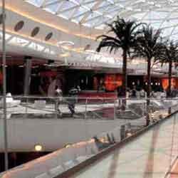 Fotografía de un centro comercial donde hay varias empresas a las que afectan las nuevas medidas laborales