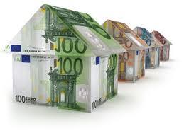 Fotografía de varias casas hechas con billetes de euros reflejando la indemnización para el asegurado