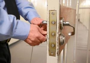 Fotografía de un carcelero cerrando la puerta de una celda de prisión en referencia a la cadena perpetua revisable