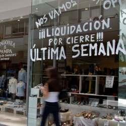 Fotografía de un comercio en liquidación por cierre en el que un ciente puede sufrir una caída que habrá que indemnizar