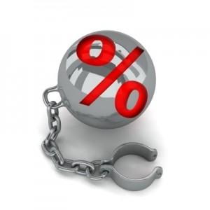 Imagen de un grillete de un preso con el signo del porcentaje sobre él en relación con los contratos de las Participaciones Preferentes y su nulidad por falta de información a los clientes