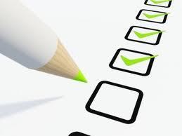 Imagen que muestra un lápiz rellenando varias casillas en representación del cumplimiento de los requisitos de los contratos administrativos menores