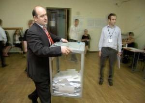 Fotografía de un hombre con una hurna para las elecciones de sindicatos en relación con la revocación de los cargos sindicales