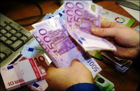 Fotografía de un hombre contando billetes de quinientos euros en referencia al crédito de fiador contra el deudor declarado en concurso