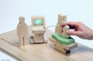Fotografía que simula mediante figuras de madera en miniatura una consulta médica en referencia a la buena fe de un asegurado al haber oculdado pruebas médicas
