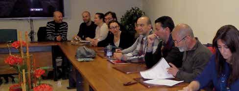 Varios empresarios en una reunión haciendo un convenio de empresa