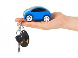 Fotografía de una mano que sujeta un coche en miniatura y de los dedos cuelgan unas llaves de un vehículo. La imagen hace referencia a la LCS en el artículo 50