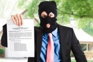Fotografía de hombre de chaqueta y corbata con un pasamontañas en la cara y unos papeles en su mano derecha. La imagen hace referencia a los delitos tributarios en la reforma del código penal