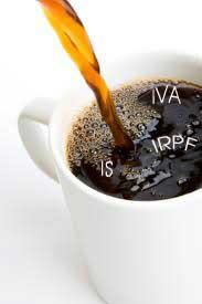Una taza que contiene café y flotendo en él aparecen las palabras IS, IVA y IRPF en relación con las medidas aplicadas a estos impuestos