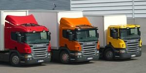 Fotografía de tres camiones industriales aparcados los tres paralelamente en relación con la indemnización del lucro cesante por paralización de vehículos industriales