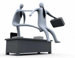 imagen de una animación de ordenador de dos personas en la que una le está pegando una patada a la otra en el trasero simulando un despido en referencia  con la responsabilidad solidaria por despido de la empresa