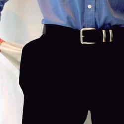 Fotografía de la cintura de un hombre que se vacía un bosillo sin nada en su interior en relación con el ere