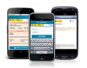 Fotografía de varios smartphones con la web de la Seguridad Social en sus panatallas en referencia a los informes a través de SMS