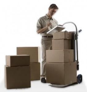 Fotografía de uno de los proveedores de una empresa trabajando con unas cajas