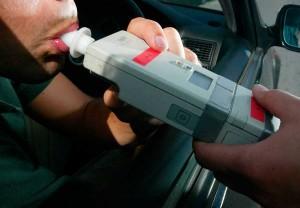 Fotografía de un conductor soplando en un control de alcoholemia