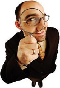 Un inspector de trabajo con una lupa en su mano en referencia a la inspección de alta en seguridad social