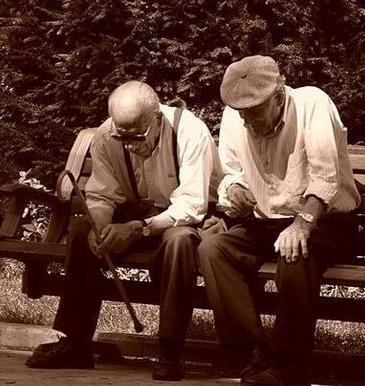 Una fotografía de dos ancianos jubilados sentados en el banco de un parque en referencia a la nulidad para acceder a la jubilación de los trabajadores a tiempo parcial