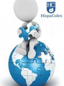 Muñeco digital que representa a un hombre y está sentado sobre una bola del mundo formada por un puzzle. La imagen guarda relación con el hecho de negociar en el contrato expatriado