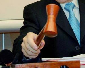 Fotografía de un juez con el mazo en la sentencia de un juicio por suspensión de la pena de cárcel
