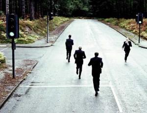 Fotografía de varios hombres empresarios haciendo footing en una carretera simuando el camino de los emprendedores. La imagen está reacionada con el concurso de particulares en el anteproyecto de la lay de emprendedores