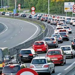 Fotografía de un atasco de coches en la autovía haciendo referencia al pago de la prima domiciliado en el seguro del automóvil