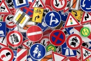 Fotografía de varias señales de circulación colocadas unas sobre otras