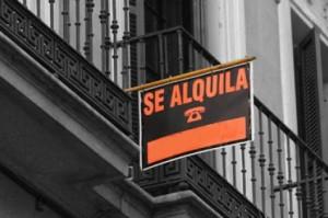 """Fotografía de la terraza de un piso con un cartel de """"Se Alquila"""" en relación con el requisito de notificación al arrendatario de la elevación de la renta"""
