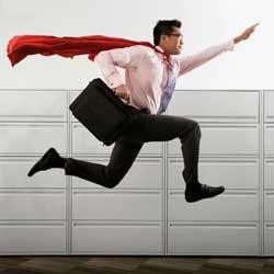 Fotografía de un empresario con un maletín y una capa de superman saltando en referencia al Emprendedor de Responsabilidad Limitada