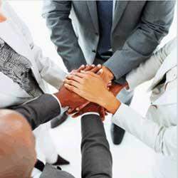 Fotografía de un grupo de epresarios uniendo sus manos en relación con la ultraactividad de los convenios colectivos