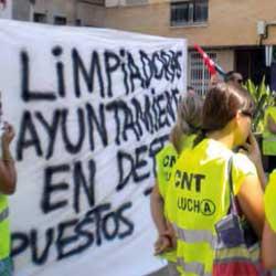 La imagen muestra a un grupo de personas haciendo huelga